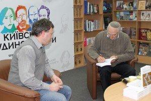 Рабкін підписує книгу Вікнянському.